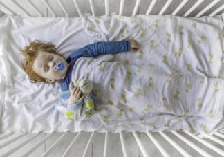 宝宝睡觉滚下床怎么办 如何预防宝宝睡觉滚下床