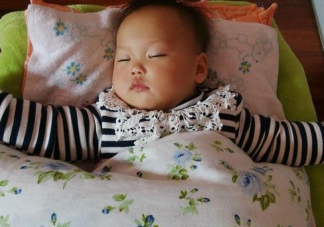 宝宝夜里蹬被子怎么回事 宝宝睡觉蹬被子的原因