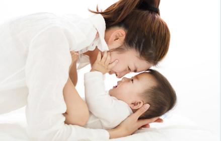 宝宝和妈妈不亲是怎么回事 宝宝不和妈妈亲近是为什么