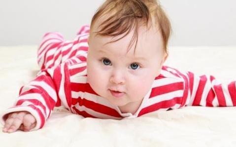 宝宝趴着有哪些好处 如何让宝宝适应趴着
