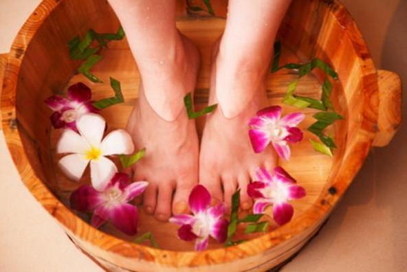 [女性睡前用热水泡脚的好处]女性睡前用艾叶泡脚有哪些好处 泡脚水量多少合适