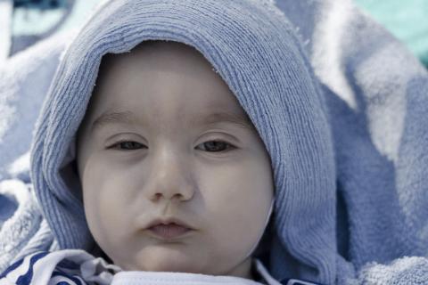 新生儿为什么很多眼屎_新生儿为什么很多都是单眼皮 孩子长大后能变成成双眼皮吗