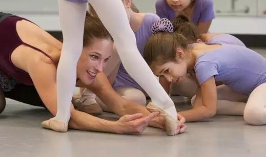 孩子学芭蕾舞几岁立足尖最好 女孩学芭蕾舞立足尖影响发育吗