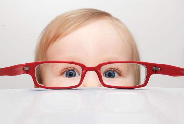 父母高度近视会遗传给孩子吗 父母近视多少度会遗传给孩子