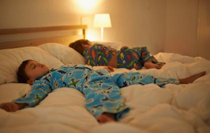 小夜灯会导致孩子近视性早熟是真的吗 小夜灯该如何正确使用
