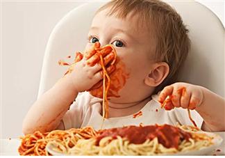 宝宝噎住后不能喂水吗 宝宝吃饭噎着了怎么办