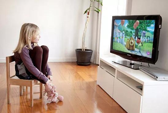 孩子看电视总眨眼是怎么回事 一看电视就眨眼的原因