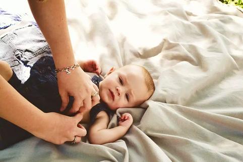 痱子用花露水还是痱子粉好 宝宝长痱子怎么护理