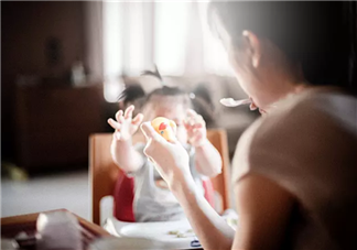 怎么看宝宝能不能添加辅食 添加辅食后奶量怎么调整