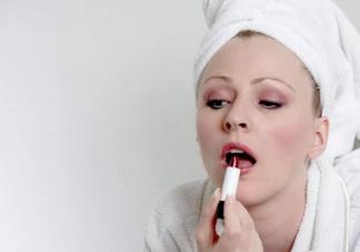 孕妇能涂口红吗 孕期化妆会影响到胎儿吗