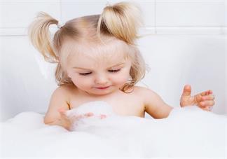 孩子打了疫苗后可以洗澡吗 给孩子洗澡哪些方面要注意