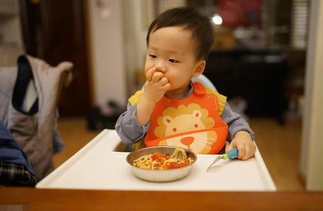 小孩多大可以完全吃大人饭 怎么判定小孩能吃大人饭