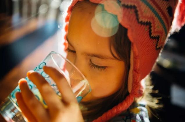 【宝宝喝什么样的水比较好】宝宝喝什么样的水比较好 反复烧开的水可以给宝宝喝吗