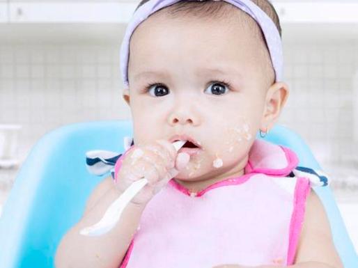 宝宝吃饭总是咬到嘴的一个地方|宝宝吃饭总是咬勺子是怎么回事 宝宝爱咬勺子怎么办