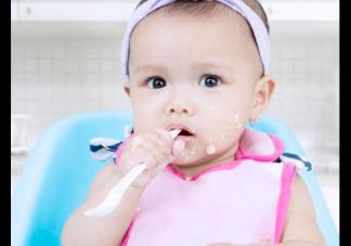 宝宝吃饭总是咬勺子是怎么回事 宝宝爱咬勺子怎么办