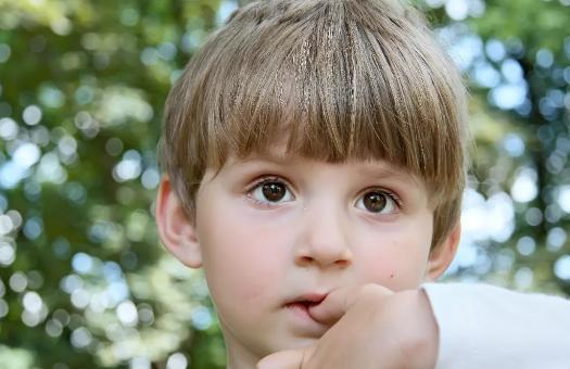 孩子总是要咬手指_孩子总是要咬自己的衣服怎么回事 孩子爱咬衣服怎么办