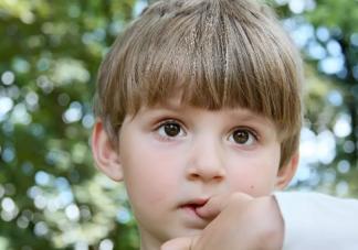 孩子总是要咬自己的衣服怎么回事 孩子爱咬衣服怎么办