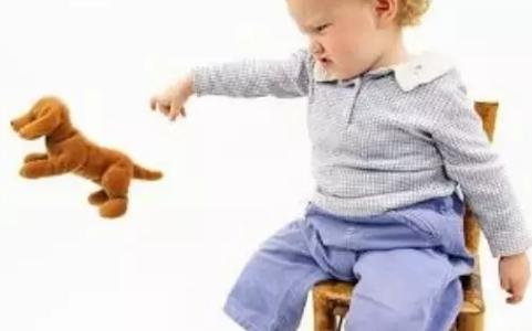 宝宝反复扔东西怎么回事 宝宝喜欢捡在地上的小东西什么原因