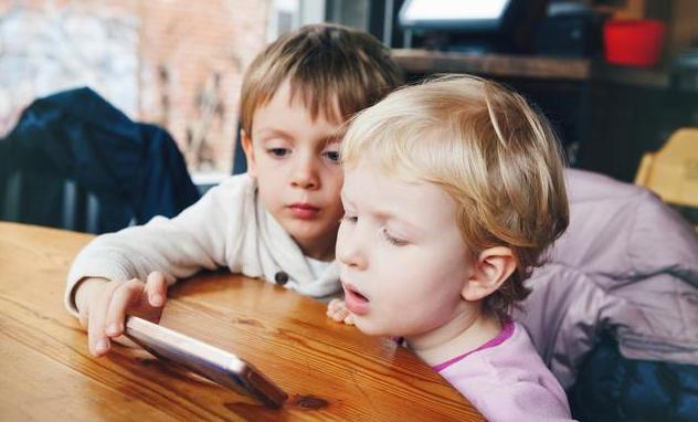 孩子总喜欢玩手机强制干预好吗 孩子总喜欢玩手机怎么办