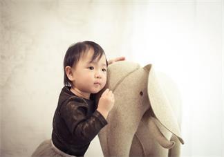 孩子喜欢抢别的小朋友玩具是怎么回事 自己孩子有这种情况怎么办好