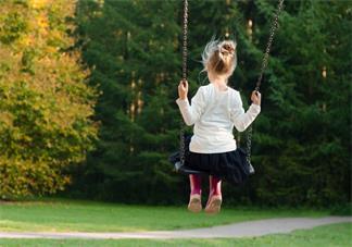 孩子多大适合玩秋千 让孩子玩秋千好不好