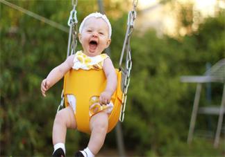 怎么带孩子玩秋千才安全 孩子想玩秋千家里没有怎么办