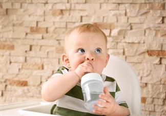 纯母乳喂养的孩子需要喝水吗 怎么让宝宝喜欢上喝水