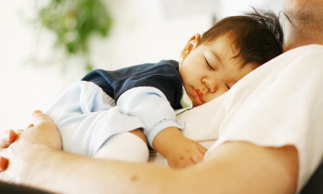 孩子爱摸着咪咪睡觉_孩子爱摸妈妈乳房会性早熟吗 孩子爱摸妈妈乳房怎么教育