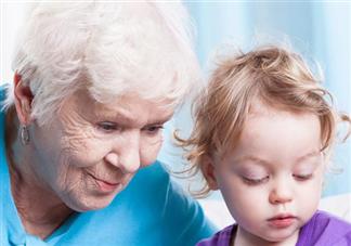 孩子是自己带还是老人带好 隔代育儿有什么弊端