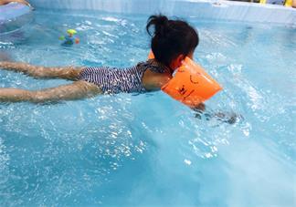 宝宝第一次游泳语录 带宝宝游泳的心情说说