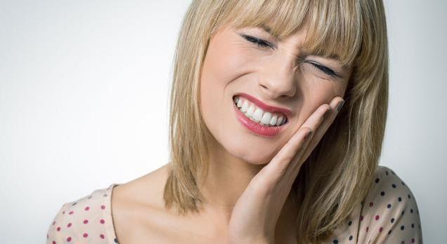 【女性来月经可以同房么】女性来月经牙痛正常吗 女性来月经有哪些不适症状
