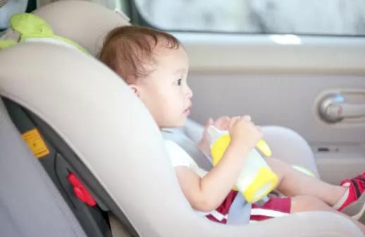 夏天把孩子放在车里的危害|夏天把孩子放在车里的危害 怎么避免把孩子遗忘在车里