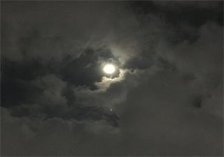 夜晚一个人赏月的说说 一个人赏月的心情说说