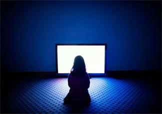 孩子暑假沉迷于看电视怎么办 怎么让孩子假期少看电视