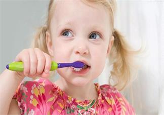 孩子长出牙齿后应该怎么选择牙膏 孩子刷牙可以用含氟牙膏吗