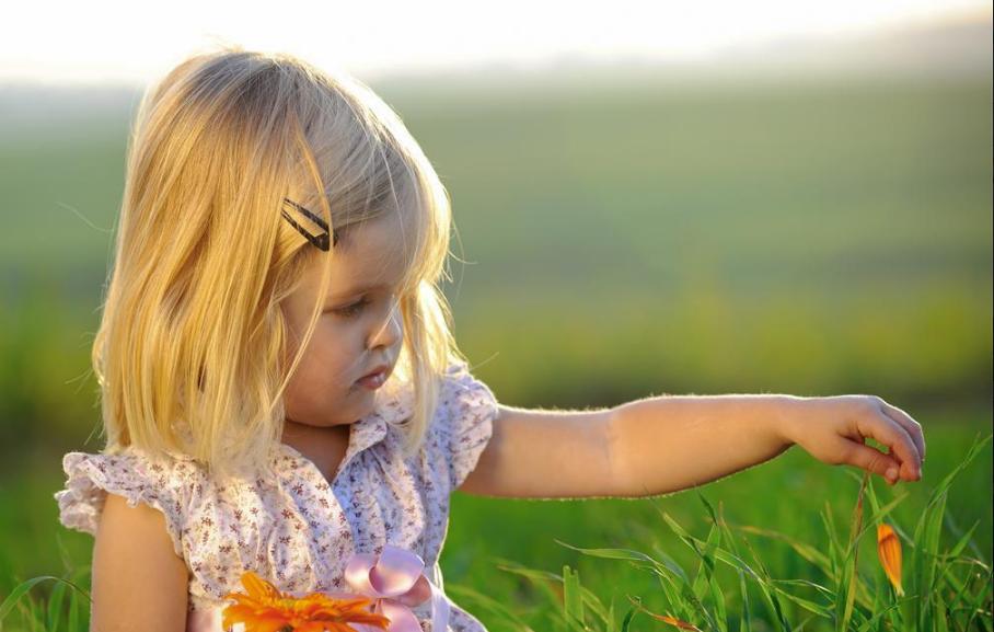 孩子扔东西如何引导 家长怎么引导孩子不扔东西