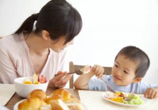 宝宝要追着喂饭怎么办 让宝宝自己吃饭的方法