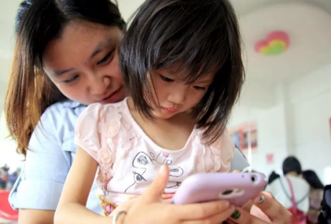 宝宝几岁可以玩手机 如何玩手机利大于弊
