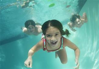 不同月龄宝宝应该怎么游泳 游泳前要准备好什么物品