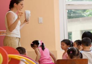 第一次送孩子上幼儿园的心情说说 送孩子上幼儿园发朋友圈句子