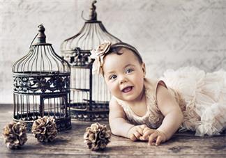 为什么孩子出生后手弯脚弯 新生宝宝手弯脚弯正常吗