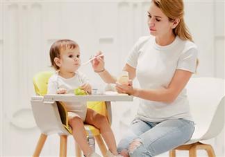 宝宝喜欢含着饭不吃是怎么回事 宝宝嘴里喜欢含饭怎么纠正