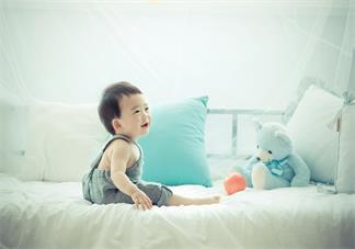 给宝宝拍嗝要拍出声音吗 如何正确给宝宝拍嗝
