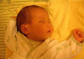 宝宝睡觉总是偏头是什么原因 孩子睡觉爱偏头该如何矫正预防