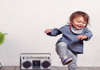 形容宝宝听到音乐就跳舞的说说 宝宝一听到音乐就跳舞的句子
