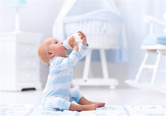 宝宝吃奶的时候不认自己的奶瓶怎么办 要怎么让宝宝吃奶瓶