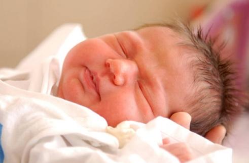 宝宝出生后谁第一个抱好 由谁抱回家最符合