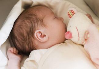 宝宝出生后谁第一个抱好 由谁抱回家最合适
