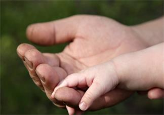给新生儿多久洗一次澡比较好 给新生儿宝宝洗澡要注意什么