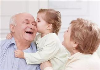 隔代亲能亲到什么程度 隔代亲老人带娃双标现场